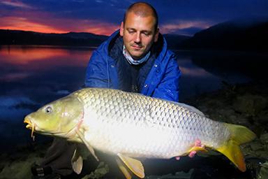 Ryba bola ulovená na Domaši. Po štyroch dňoch bez záberu sa poslednú noc nad ránom ozval signalizátor a podaril sa tento krásny kapor 89 cm 10,15 kg. Ryba nieje extra veľká, ale pre mňa vzácna.